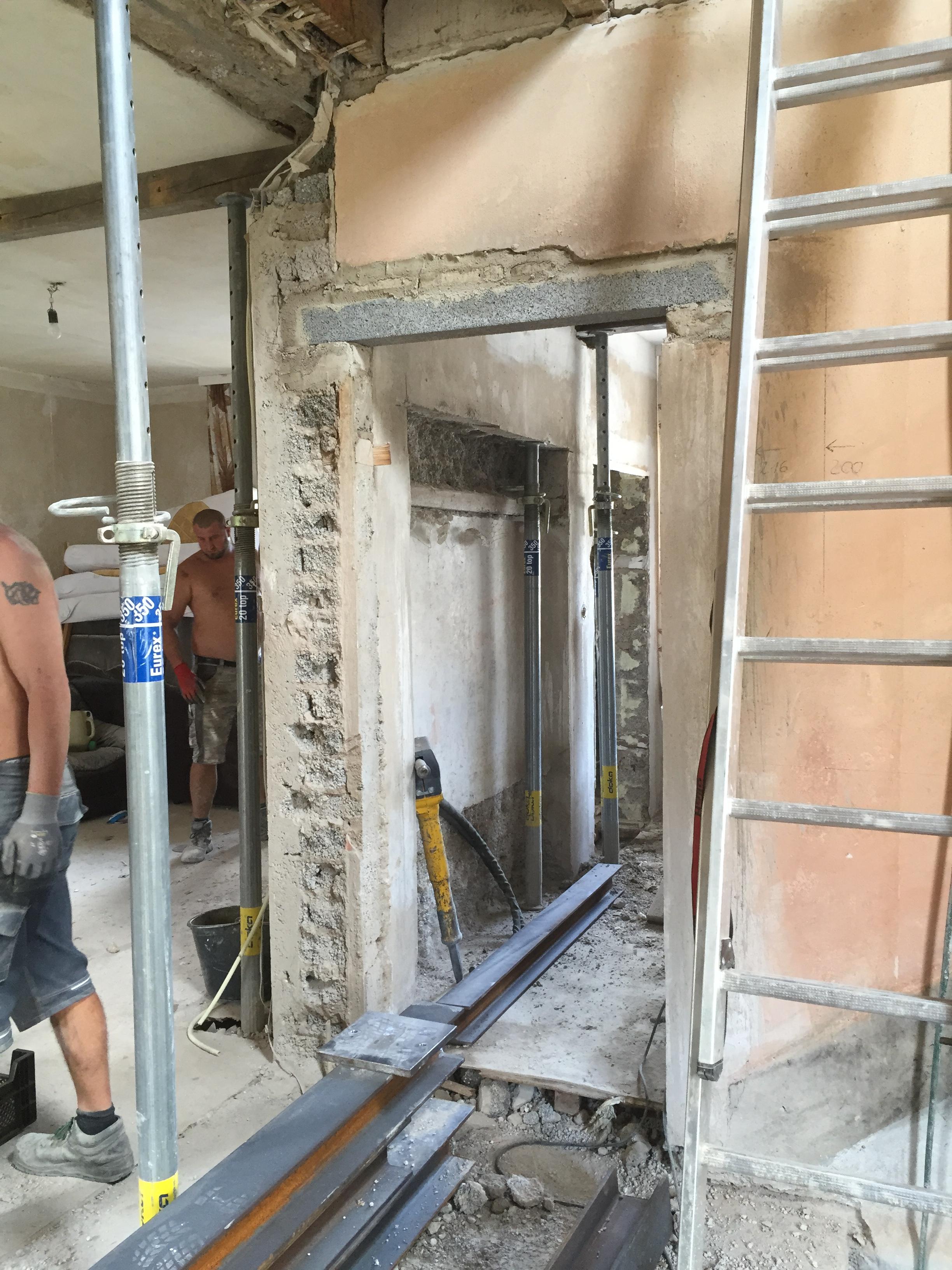 ... Wird Jetzt Ein Neuer Eingang Ins Haus Erstellt. Das Ehemalige Gäste WC  Fenster Wurde Bis Zum Boden Vergrößert,hier Gelangt Man Dann Durch