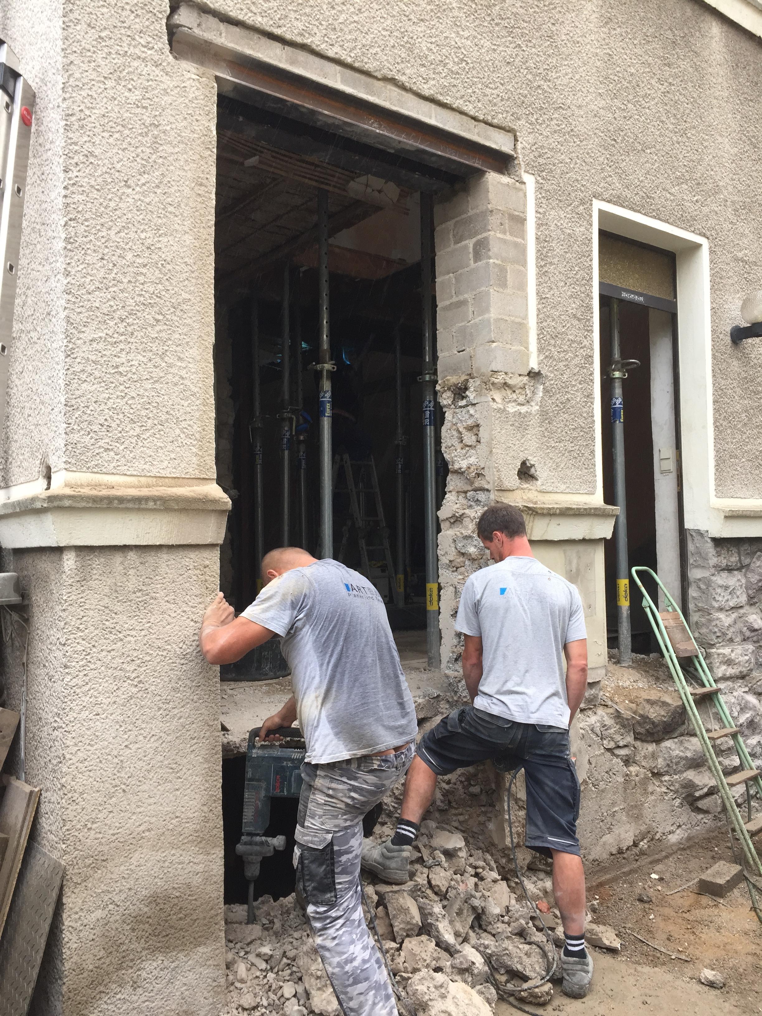 Das Ehemalige Gäste WC Fenster Wurde Bis Zum Boden Vergrößert,hier Gelangt  Man Dann Durch 5 Stufen Innen Liegend Ins Haus. Der Deckendurchbruch Zum  Keller ...